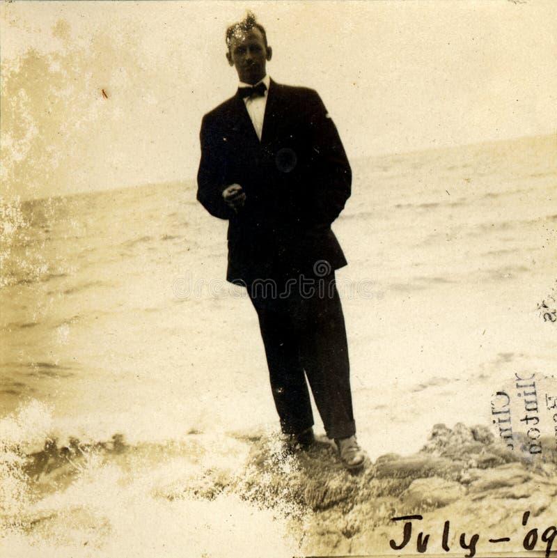 Weinlese-Portrait durch den See lizenzfreie stockbilder