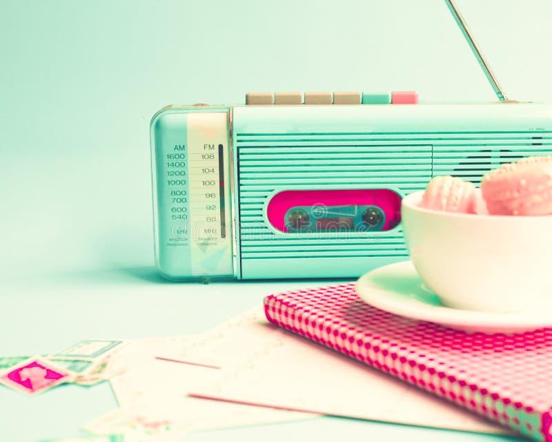 Weinlese-Radio, Makronen und Buch lizenzfreies stockbild