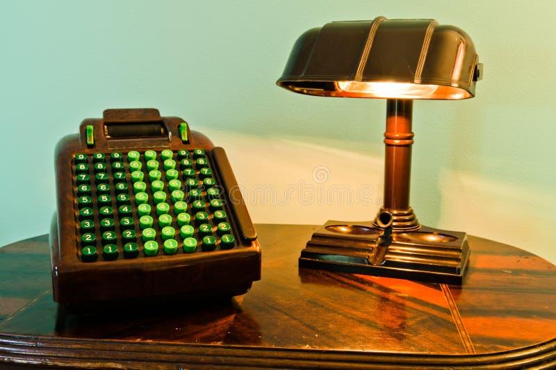 Weinlese-Rechenmaschine u. Lampe stockbild