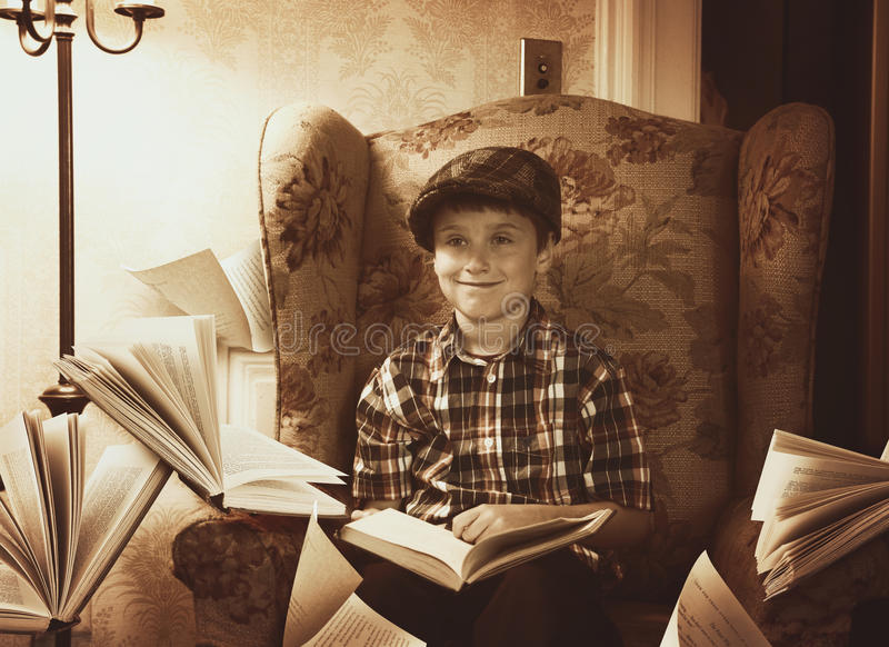 Weinlese-Retro- Jungen-Lesebücher zu Hause lizenzfreie stockfotografie