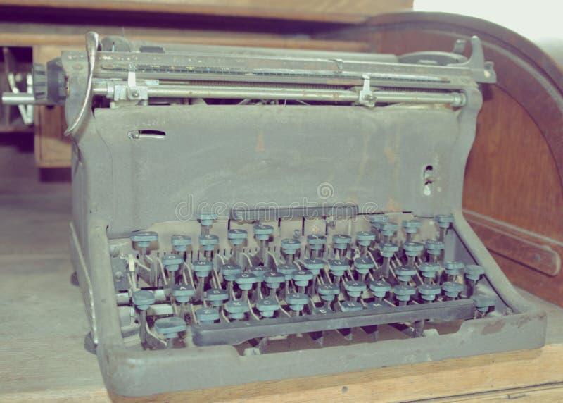 Weinlese-Retro- Schreibmaschine auf hölzernem Schreibtisch lizenzfreies stockfoto