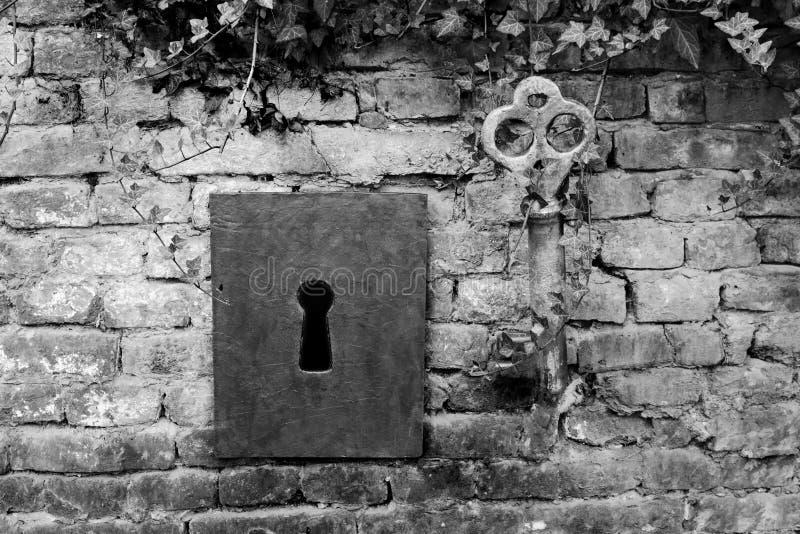 Weinlese-riesiger Schlüssel und Schlüsselloch lizenzfreies stockfoto