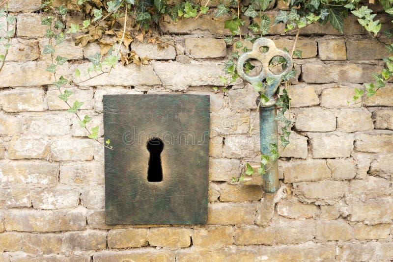 Weinlese-riesiger Schlüssel und Schlüsselloch lizenzfreie stockbilder