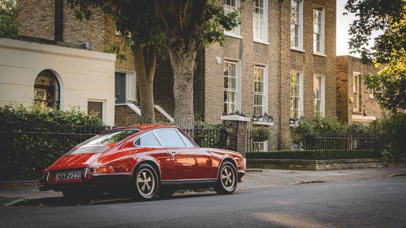 Weinlese rotes Porsche parkte in einer Stra?e von Canonbury in Nord-London Gro?britannien Juli 2017 lizenzfreie stockfotos