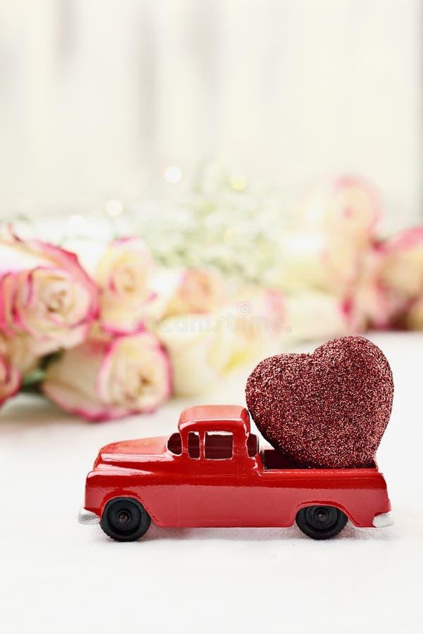 Weinlese rotes Toy Truck und Valentinsgruß ` s Tagesherz lizenzfreies stockfoto