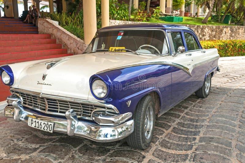 Weinlese ` s klassisches amerikanisches kubanisches Taxi 1950, metallisches Blaues und weiß stockfotografie