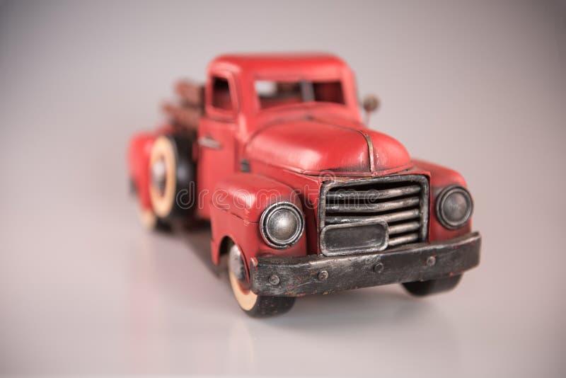 Weinlese ` s roter Spielzeug-Metallkleintransporter 1950 lizenzfreie stockbilder