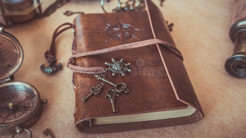 Weinlese-Schlüssel auf Brown-Leder-Anmerkungs-Buch-Fotos stockbild