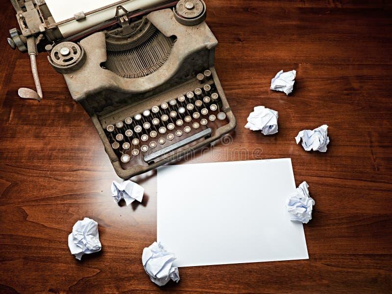 Weinlese-Schreibmaschine umfasste Blatt-Kopienraum des Schreibtisches leeren weißen stockfoto