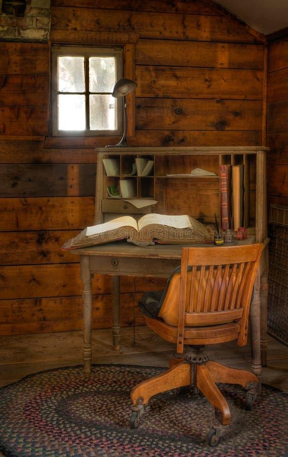 Weinlese-Schreibtisch mit Hauptbuch lizenzfreie stockfotos