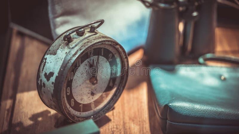 Weinlese-Schreibtisch Rusty Metal Alarm Clock lizenzfreie stockfotografie