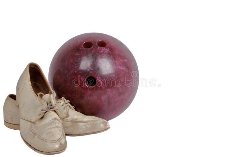 Weinlese-Schuhe und Bowlingspiel-Kugel lizenzfreie stockfotografie