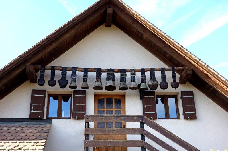 Weinlese-Schweizer Kuh Bell, die zu Hause Eintritt hängen stockbilder
