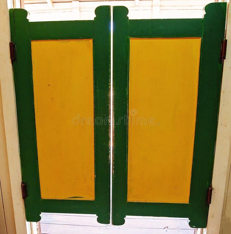 Weinlese-schwingsaal-Türen stockbilder