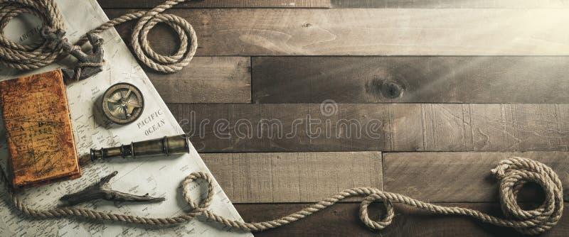Weinlese-Seereise-Instrumente mit Seil und Anker auf hölzernem Schiffs-Plattform-Hintergrund - Reise-/Führungs-Konzept lizenzfreies stockbild