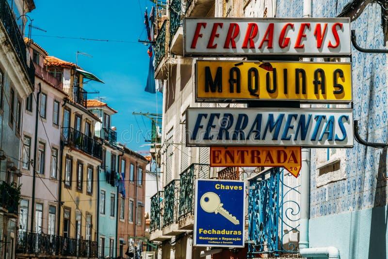 Weinlese-Speicher unterzeichnet herein Lissabon-Stadt von Portugal stockfoto