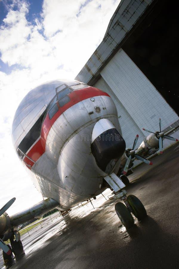 Weinlese-Stützen-Flugzeug steht Asphalt-Flughafen-Hangar-ungewöhnliches Flugzeug lizenzfreie stockbilder