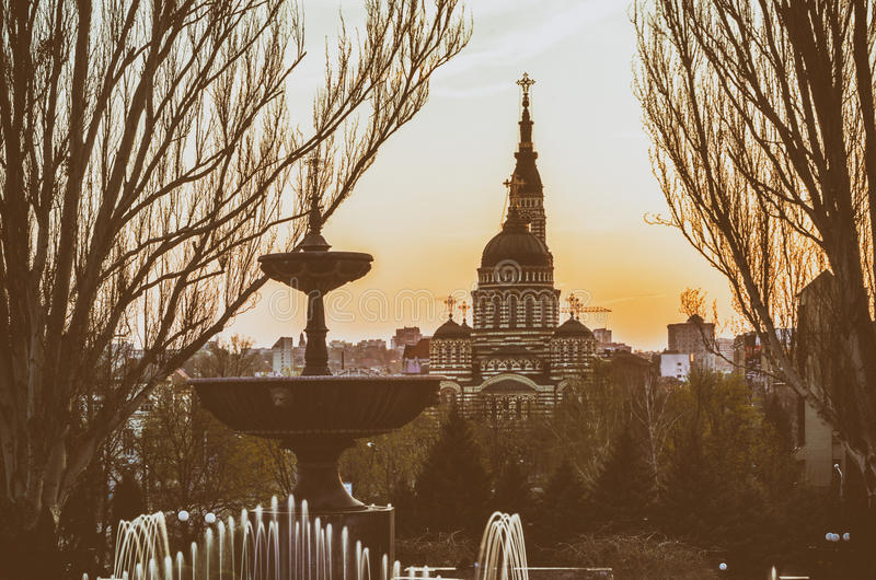 Weinlese stilisierte Foto des Brunnens und der Kirchenlandschaft lizenzfreie stockfotografie