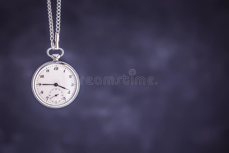 Weinlese-Taschen-Uhr auf dunklem Hintergrund Fristen-und Zeit-Management-Konzept lizenzfreies stockfoto