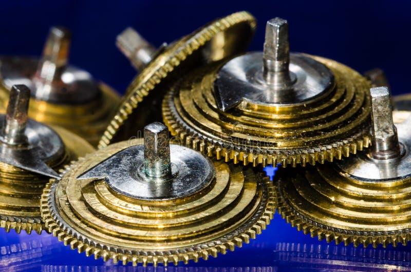 Weinlese-Taschen-Uhr Fusee-Kegel, die auf einer blauen Oberfläche stillstehen lizenzfreie stockbilder
