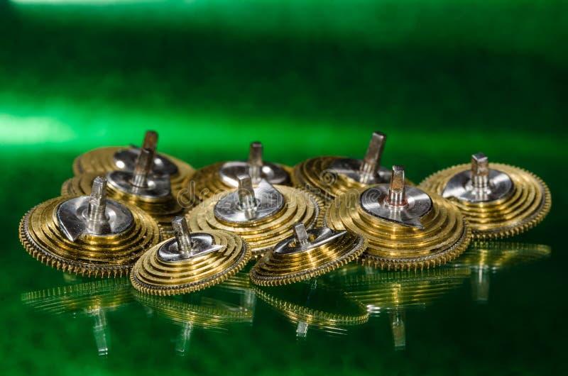 Weinlese-Taschen-Uhr Fusee-Kegel, die auf einer grünen Oberfläche stillstehen stockfotografie