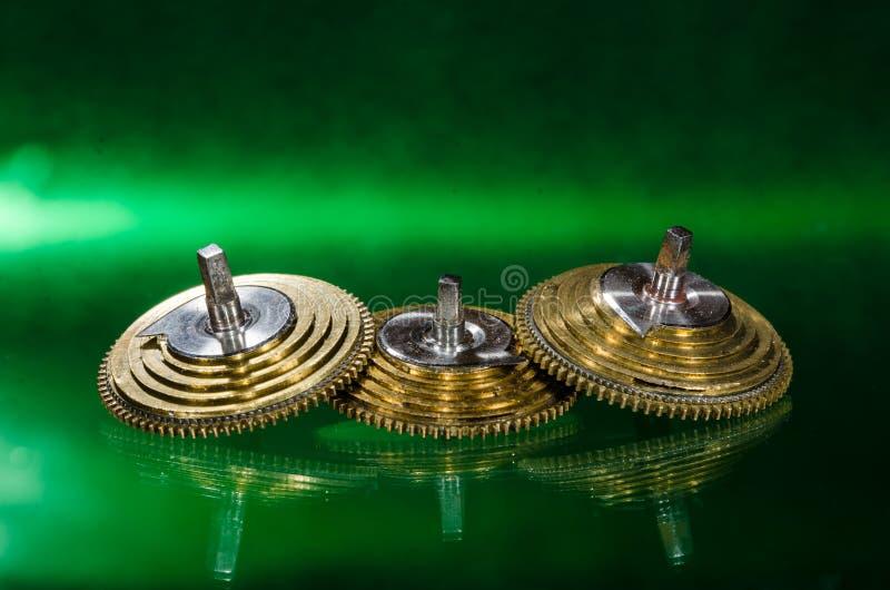 Weinlese-Taschen-Uhr Fusee-Kegel, die auf einer grünen Oberfläche stillstehen stockfotos