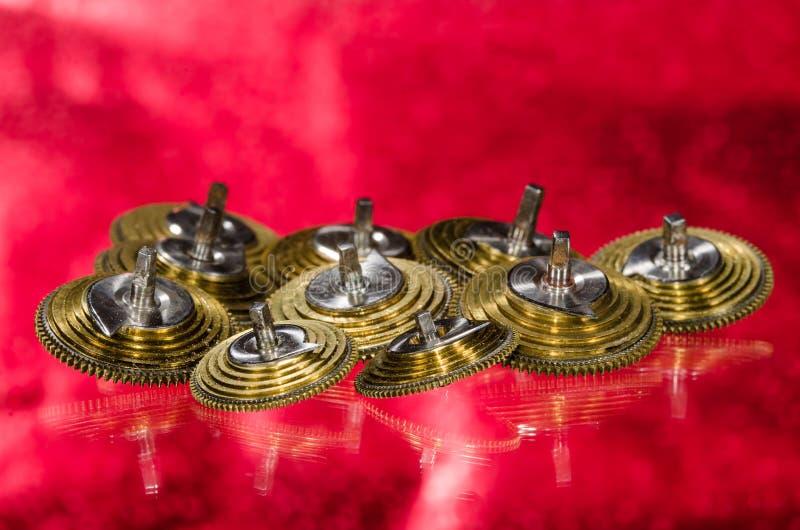 Weinlese-Taschen-Uhr Fusee-Kegel, die auf einer roten Oberfläche stillstehen stockbilder