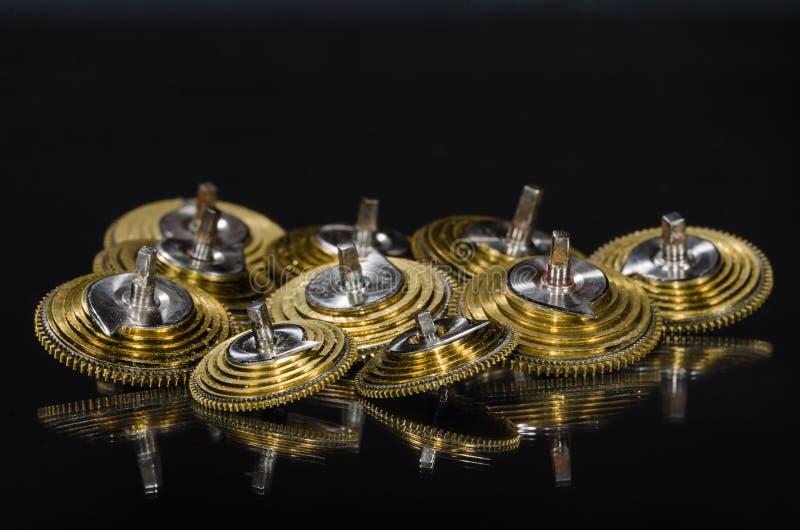 Weinlese-Taschen-Uhr Fusee-Kegel, die auf einer schwarzen Oberfläche stillstehen lizenzfreie stockbilder