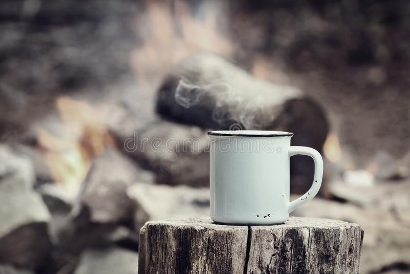 Weinlese-Tasse Kaffee durch ein Lagerfeuer lizenzfreies stockfoto