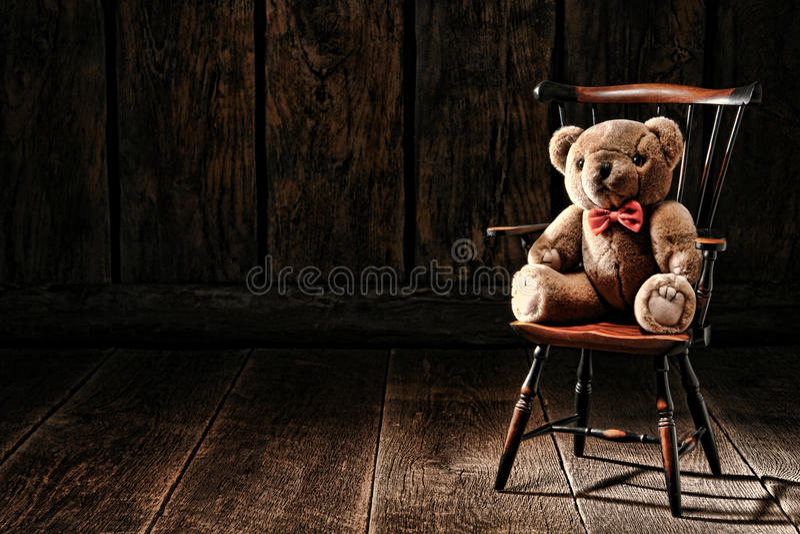 Weinlese Teddy Bear Stuffed Animal Toy auf altem Stuhl stockfotografie