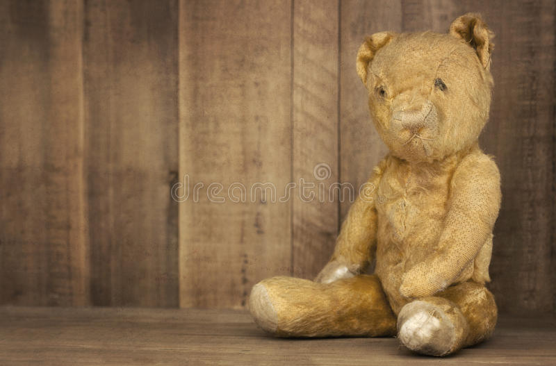 Weinlese-Teddybär betreffen Bücherregal stockfotos