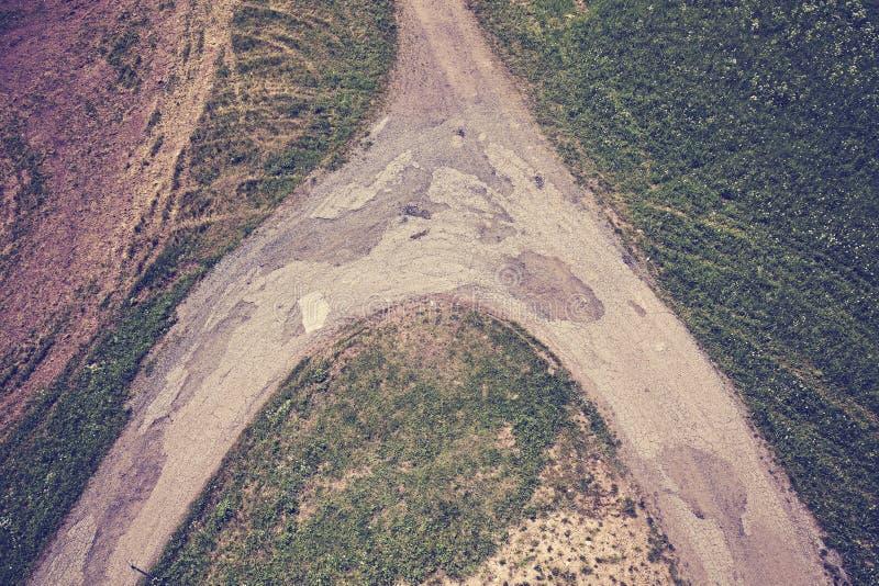 Weinlese tonte die Schotterwegkreuzungen, die von oben gesehen wurden lizenzfreie stockfotografie