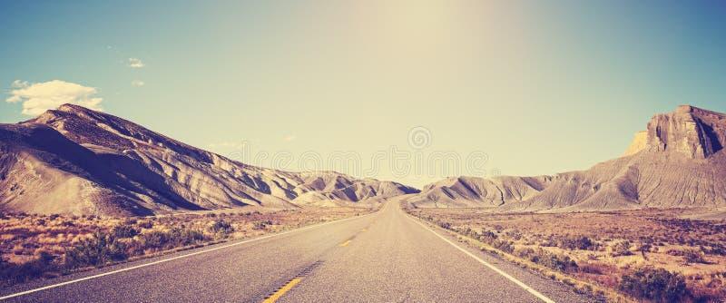 Weinlese tonte panoramisches Foto der Wüstenstraße lizenzfreies stockfoto