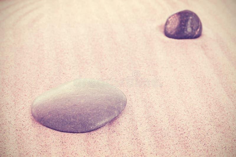 Weinlese tonte Steine auf Sand, natürlicher Hintergrund stockbilder