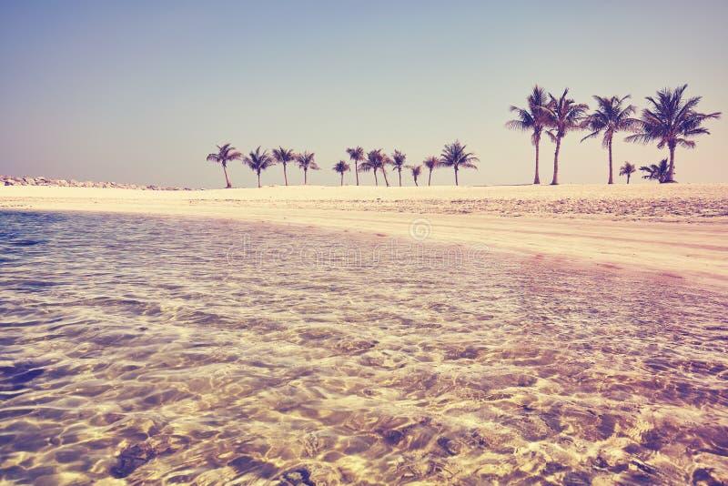 Weinlese tonte ursprünglichen Strand mit haarscharfem Wasser stockfotos