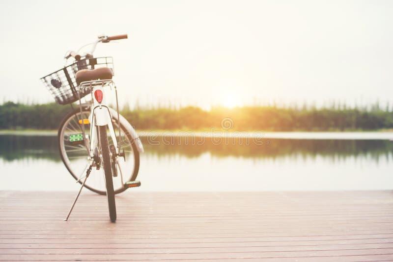 Weinlese tonte vom Fahrrad mit Korb auf leerem Pier, Sommertag lizenzfreie stockfotografie