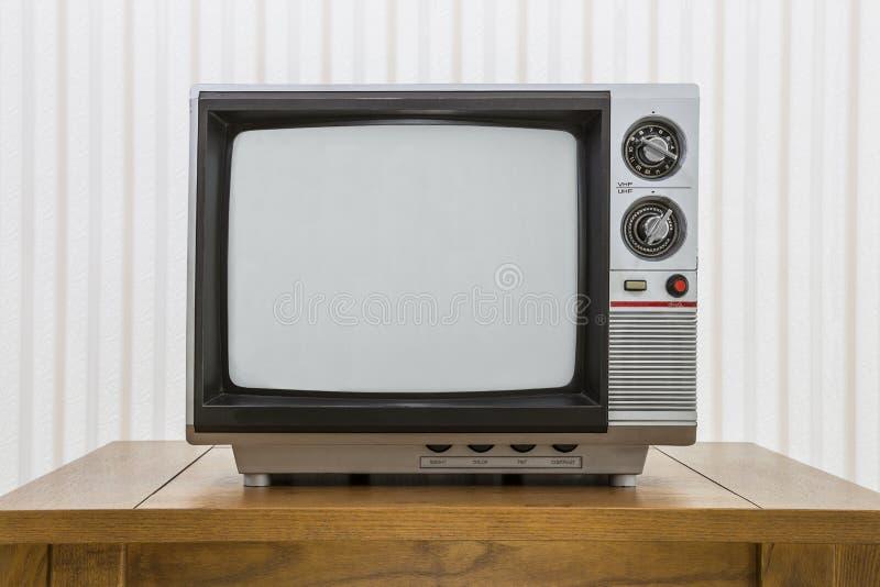 Weinlese-tragbares Fernsehen auf Tabelle stockfoto