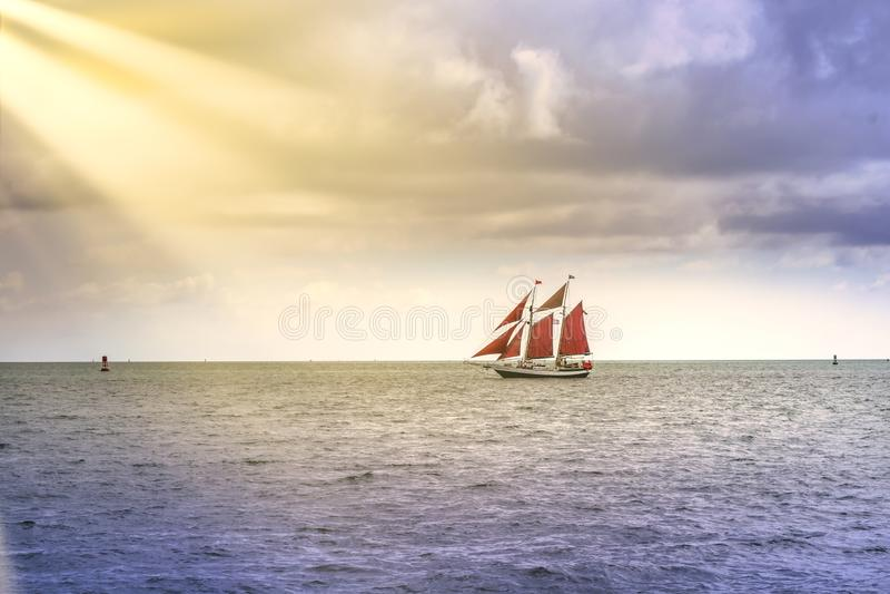 Weinlese und exotisches Segelbootsegeln in Süd-Florida in Richtung zur Sonne strahlt aus lizenzfreie stockfotografie