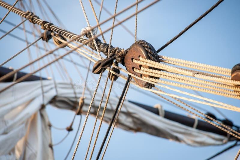 Weinlese und Retro- Details von alten Segelbooten während eines Segelvorabends stockfoto