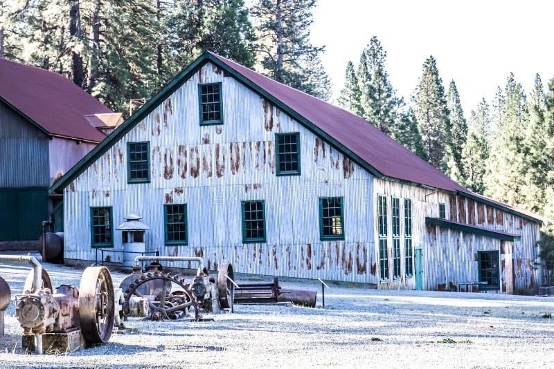 Weinlese verrostete Tin Building In Mining Equipment-Yard stockfoto