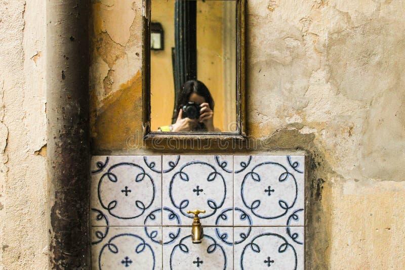 Weinlese-Waschbecken-keramisches rustikales Becken-traditionelles Wannen-Waschbecken-Retro- Entwurf stockbild
