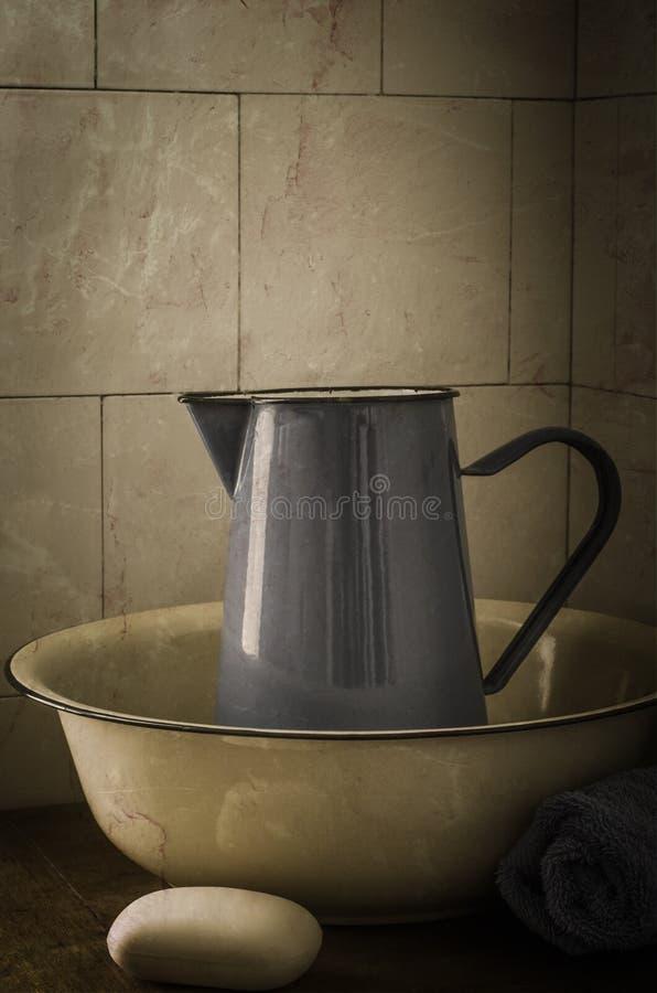 Weinlese-Waschbecken und Krug stockfoto