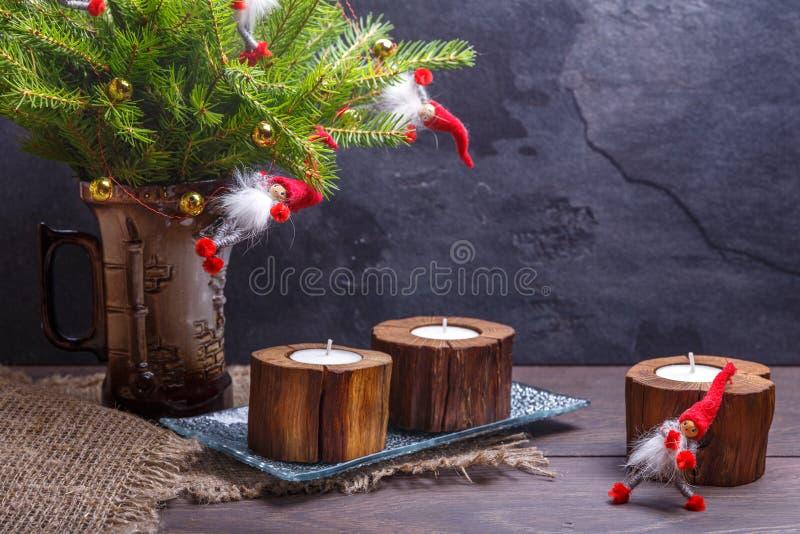 Weinlese-Weihnachten oder neues Jahr-Zusammensetzung mit Weihnachtsbaum, hölzernen Kerzen und Gnomen Rustikale Art lizenzfreie stockfotos