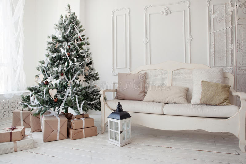 Weinlese-Weihnachtsbaum mit Geschenken darunterliegend im Wohnzimmer stockfotografie