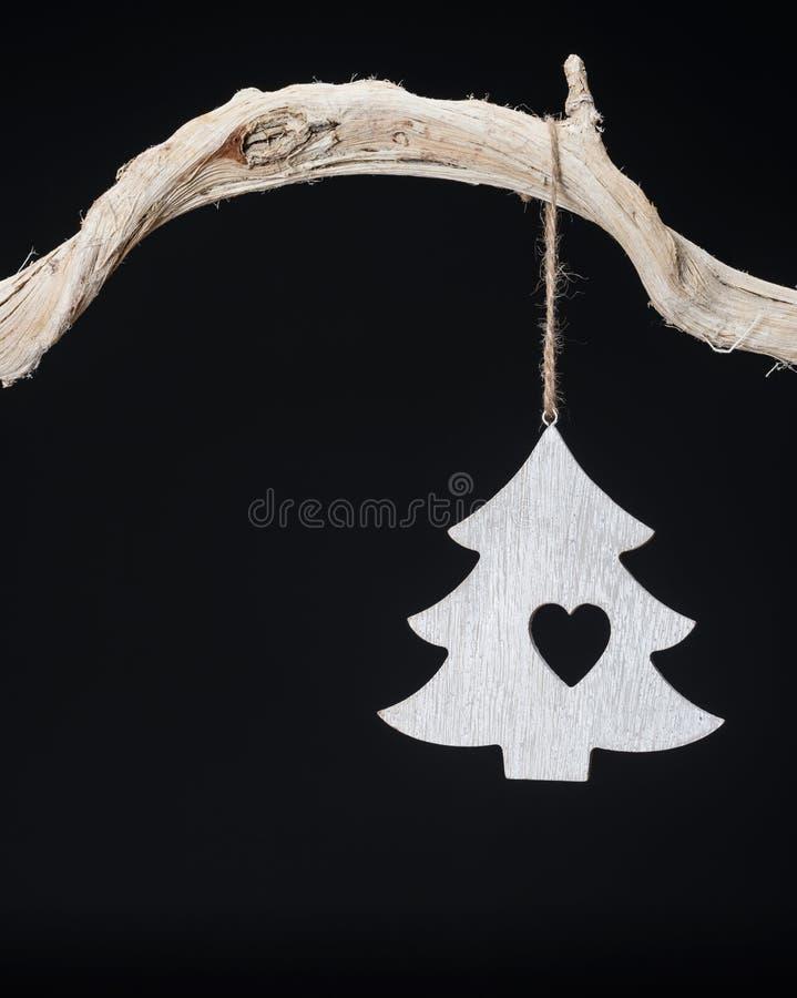 Weinlese-Weihnachtsdekorationen, die vom Baumast mit Kopienraum hängen lizenzfreies stockbild