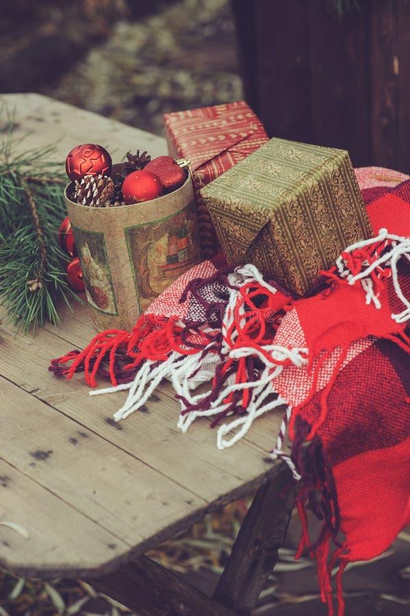 Weinlese-Weihnachtsdekorationen am hölzernen Landhaus Für neues Jahr sich vorbereiten, Geschenke zu Hause einwickelnd lizenzfreies stockbild