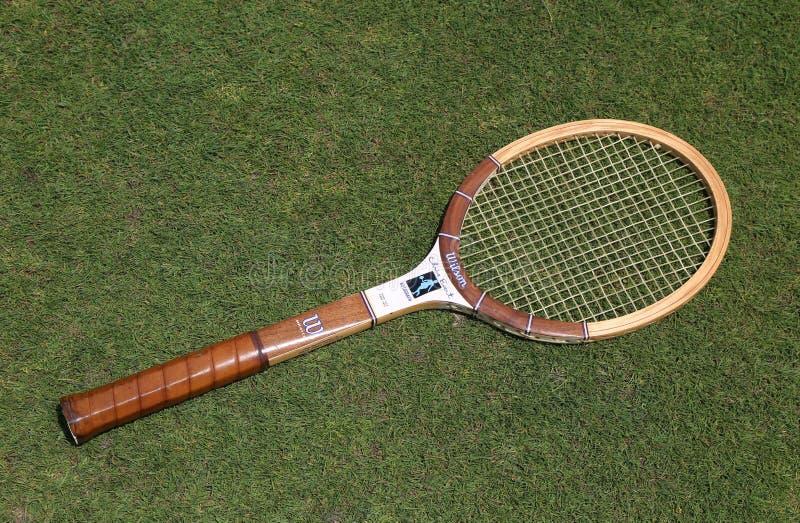 Weinlese-Wilson Chris Evert-Tennisschläger auf dem Tennisrasen stockbilder