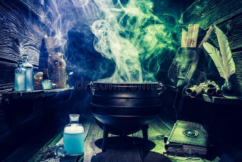 Weinlese witcher großer Kessel mit Büchern und Zaubertränken für Halloween stockfoto