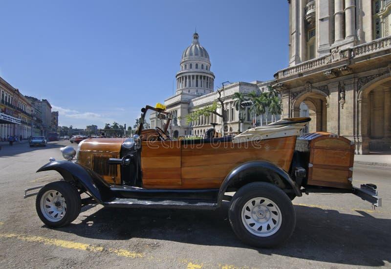 Weinleseartauto vor dem Aufbauen in Havana lizenzfreies stockfoto