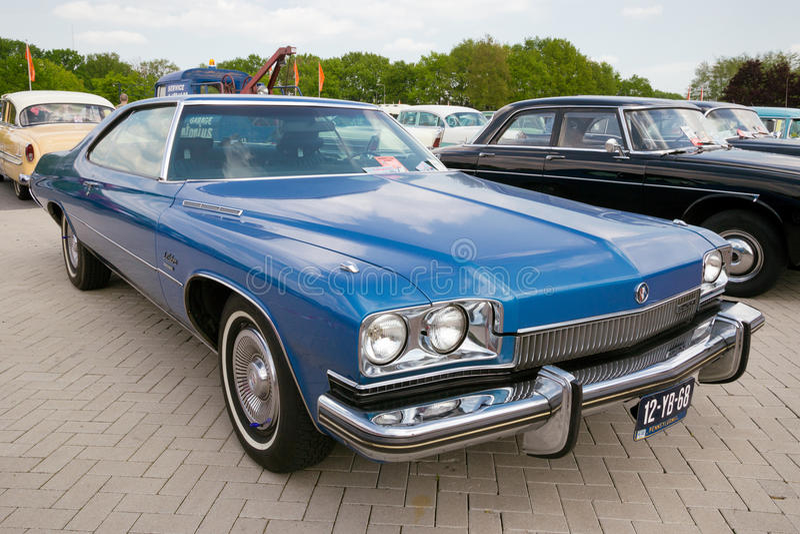 Weinleseauto 1973 Blau-Buicks LeSabre lizenzfreie stockbilder